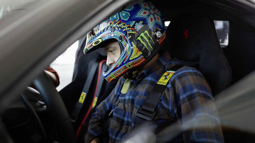 Valentino Rossi prueba el Ferrari 488 Pista