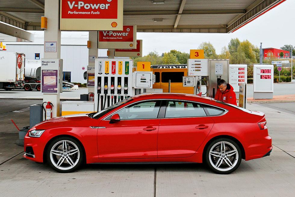 BMW Serie 5 (diésel), u Mercedes Clase E (gasolina), un Toyota Prius (plug-in hybrid), un Audi A5 Sportback (gas), un Hyundai Nexo (pila de combustible) y un Tesla Model S (eléctrico)