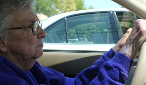 Anciana con gafas al volante