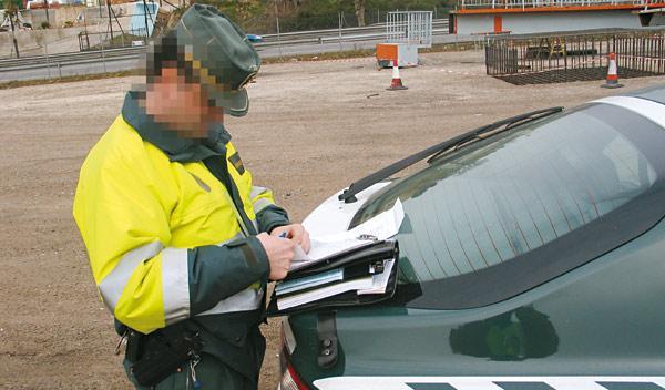 Un policía multado por no ponerse el cinturón
