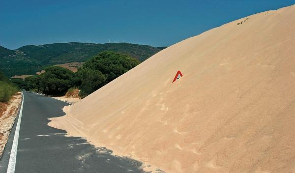 Una duna gigante incomunica a 500 vecinos de Tarifa