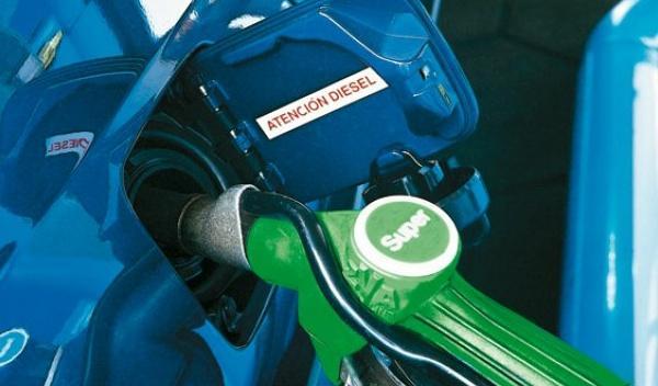 Los carburantes bajan un 1% de media en España