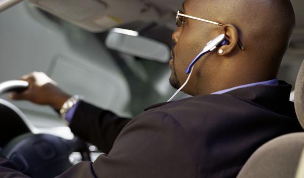 Conducir y escuchar música con un auricular no es castigo