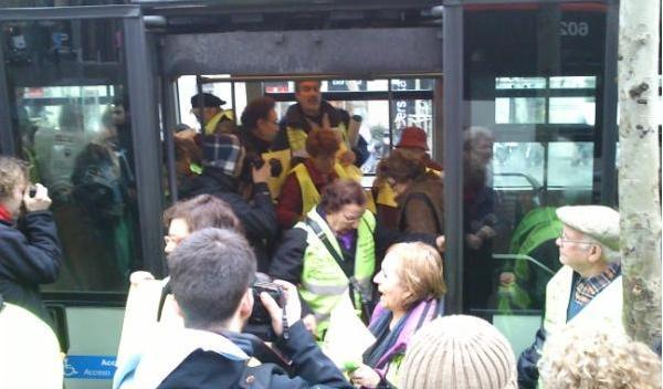 Los 'yayoflautas' irrumpen en un autobús para protestar