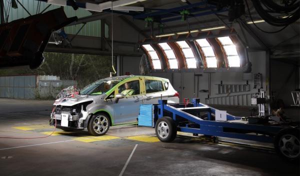 El Ford B-Max, sin pilar B, supera los 'crash test'