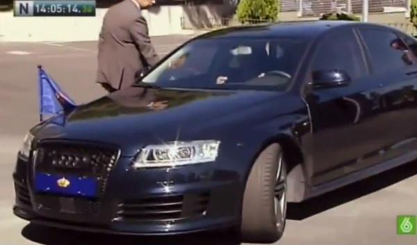 El Rey echa la bronca al chófer durante su visita a la DGT