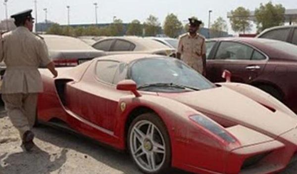 Miles de coches de lujo, abandonados en Dubai y Abu Dhabi