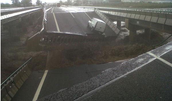 Cortada la A-7, dirección a Almería, tras derrumbarse un puente a causa de las lluvias