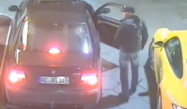Roban fácilmente un Porsche 911 en una gasolinera