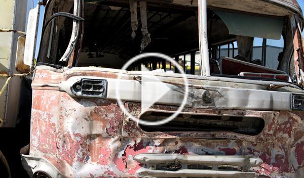 Un autobusero ruso arrolla a los coches que cortan su paso