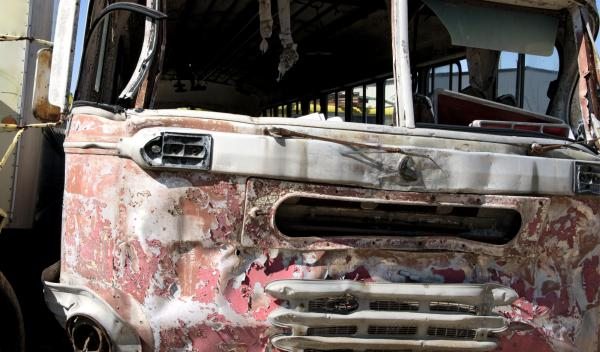 Vídeo: autobusero esquiva un poste que atravesó el cristal