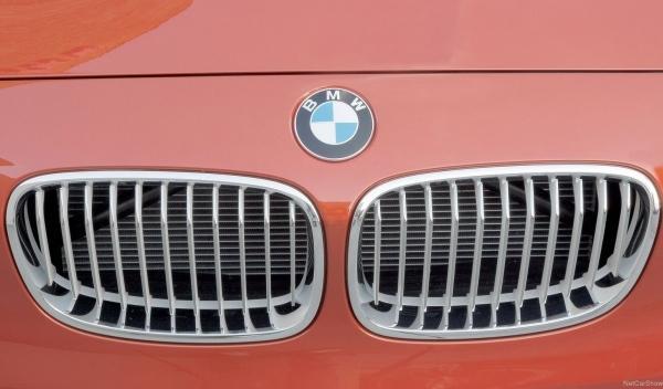 Una autobahn cerrada tras chocar un prototipo del BMW 228i