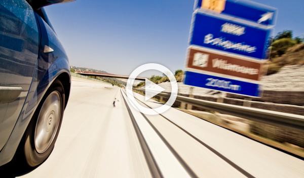 Una mujer resulta ilesa tras caer de un coche en marcha
