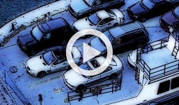 52 coches caen al agua desde la cubierta de un barco