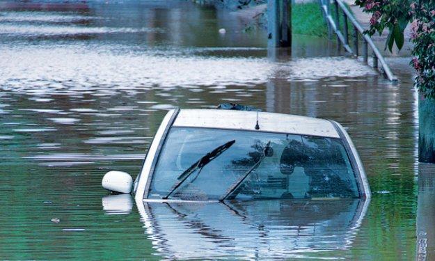 Una conductora distraída por un SMS acaba en un lago