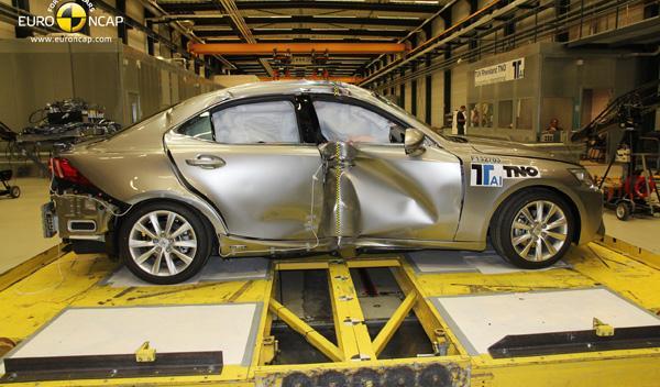 Test EuroNCAP del Lexus IS300h, impacto lateral