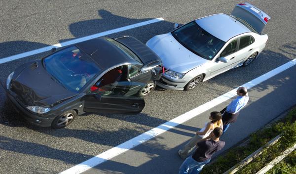 Conduce mientras se rasura el pubis y provoca un accidente