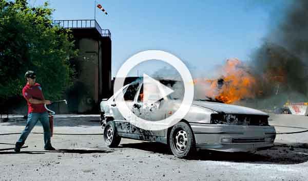 Vídeo: un coche empieza a arder de repente