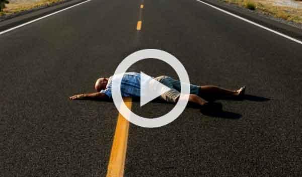 Vídeo: conduce 6 km con un ciclista muerto en el parabrisas