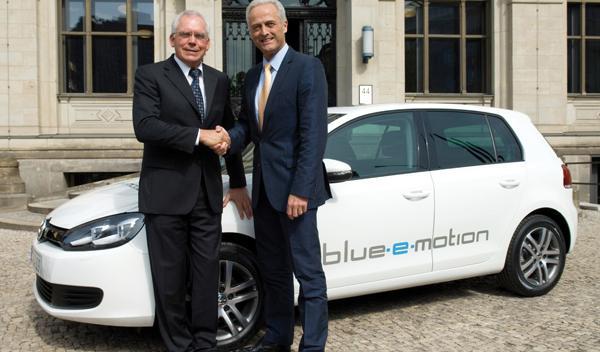 El Volkswagen Golf blue-e-motion será una realidad en 2013