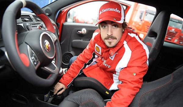 Fernando Alonso firmando Abarth 695 Tributo Ferrari