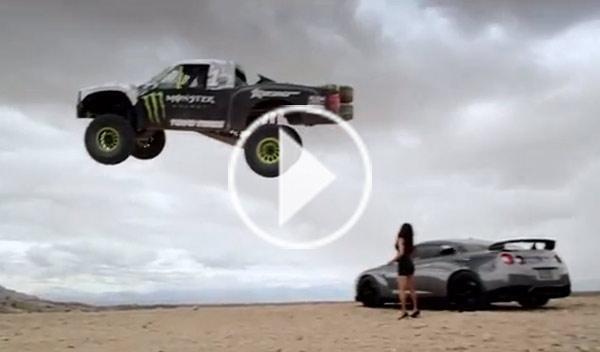 Bj Baldwin salta sobre un Nissan GT-R con su 'Trophy Truck'