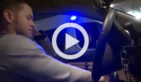 Vídeo: vacila a un Policía con un móvil de galleta