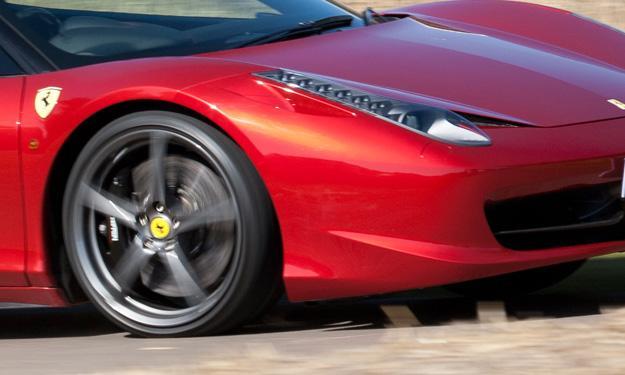 Un camión destroza la carrocería de un Ferrari 458 Italia