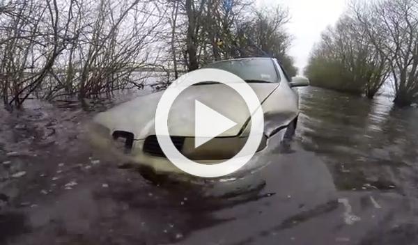 Un Seat Toledo, icono de las inundaciones británicas