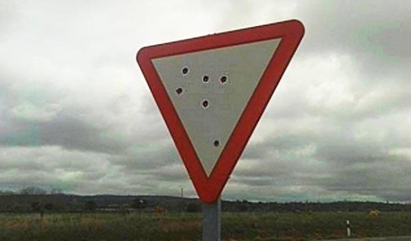 Señales de tráfico acribilladas a balazos