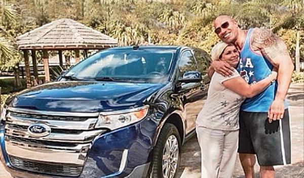 Dwayne Johnson regala un Ford Edge a su ama de llaves