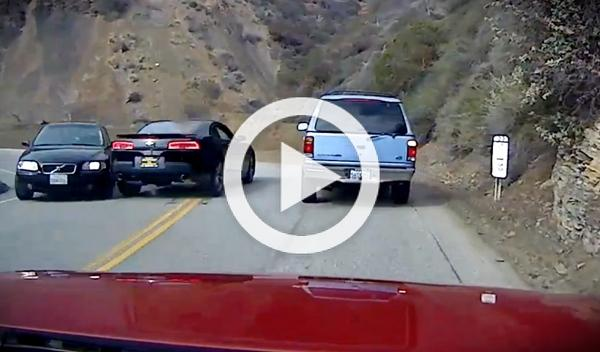 Un Chevrolet Camaro 'la lía' adelantando con línea continua