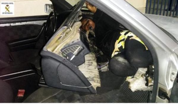 Una mujer y un niño escondidos en el salpicadero del coche