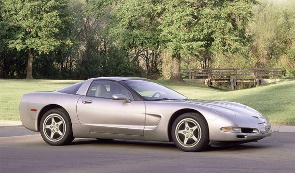 Un Corvette se lleva por delante un A4 y un pick-up