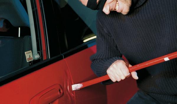 Sufre un accidente con un coche robado e intenta robar dos