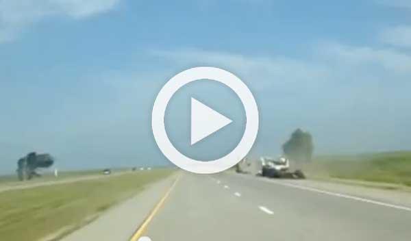 Salta por encima de un coche abandonado en la autopista