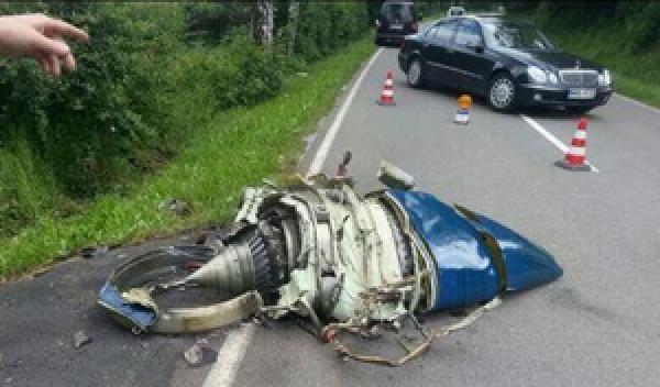 Colisionan dos aviones y cae una turbina en la carretera