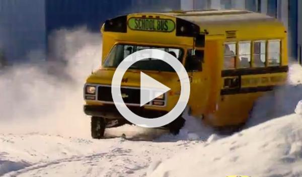 Drifteando con un autobús escolar en la nieve