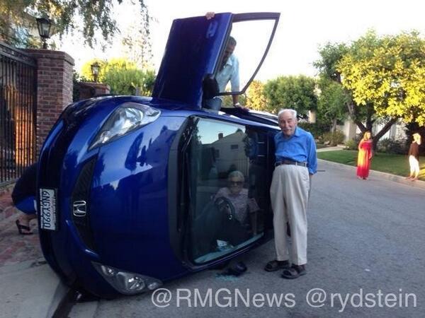 Un abuelo vuelca su coche y posa orgulloso para una foto