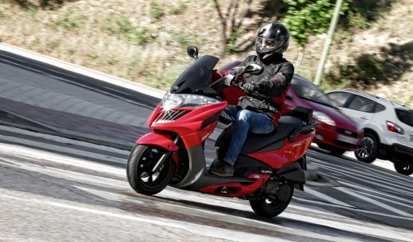 ¡De locos! Transporta una tele de 55 pulgadas en moto