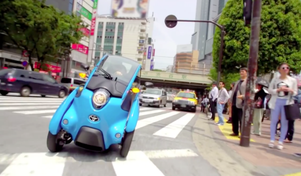 El Toyota i-Road ya circula por Tokio