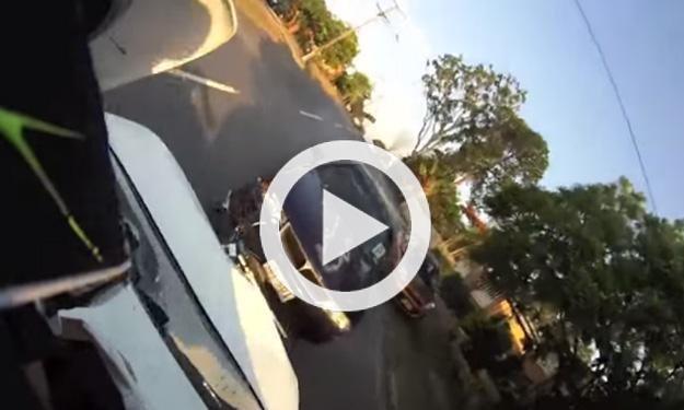 Un motorista es embestido por un coche
