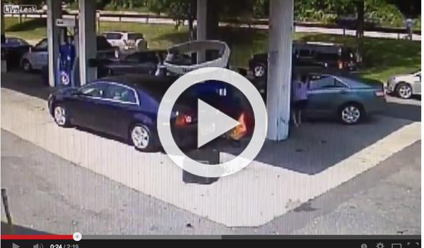 Salvado de las llamas tras estrellar su coche en gasolinera