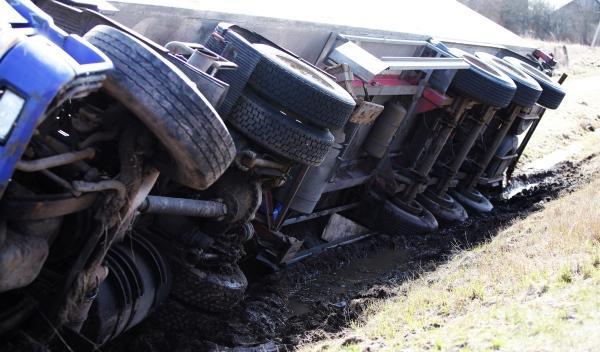 Vuelca un camión que transportaba once coches de lujo