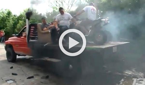 Un quad 'quema ruedas' sobre un pick-up que hace lo mismo