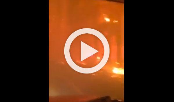 Bomberos conducen a través del fuego en California