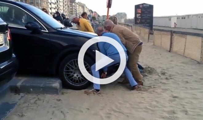 Este Porsche Cayenne se queda atascado en un bordillo