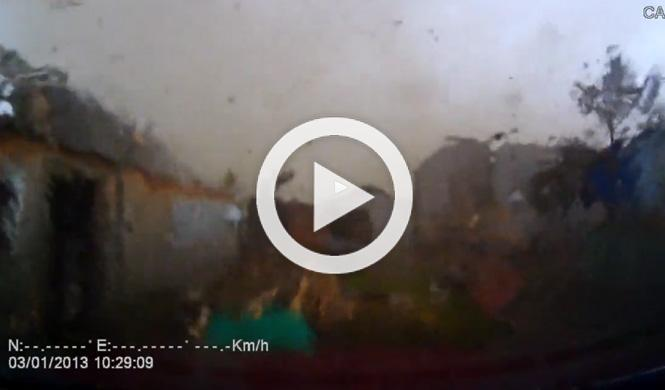 Un tornado pasa por encima de su coche
