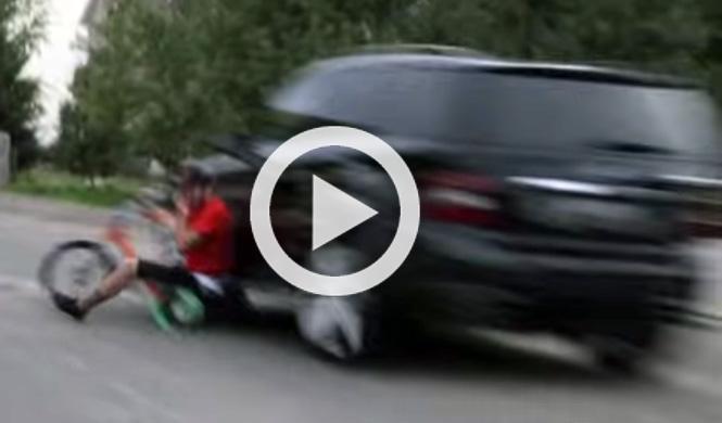 Es atropellado mientras derrapa con su triciclo