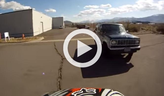 Un conductor enfurecido intenta atropellar a un motorista